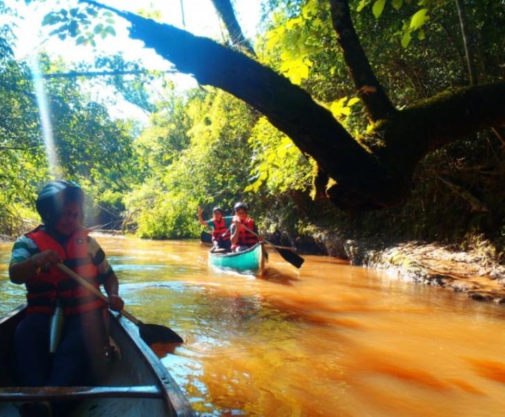 canoas en el rio Jejui Mi reserva Mbaracayu Paraguay