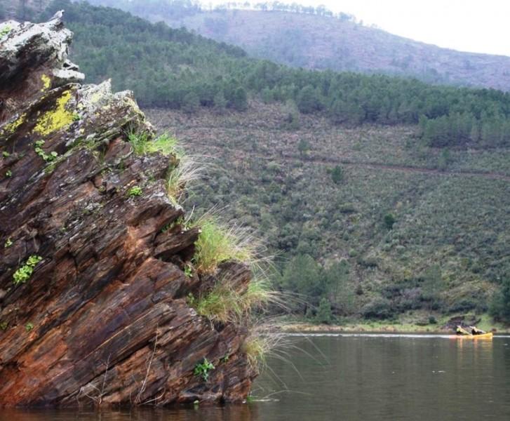 Piraguas observadas por Lavandera blanca en el meandro del Melero Hurdes Extremadura