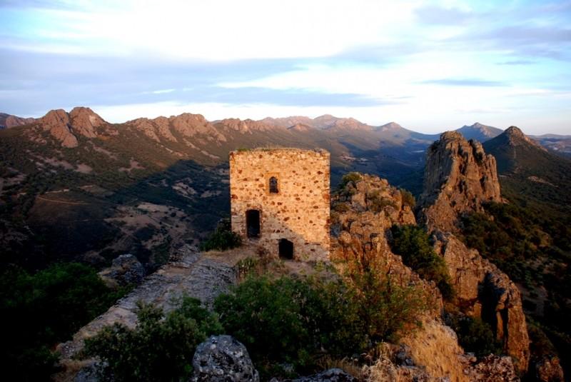 Castillo Cabañas atardecer turismo origen geoparque villuercas
